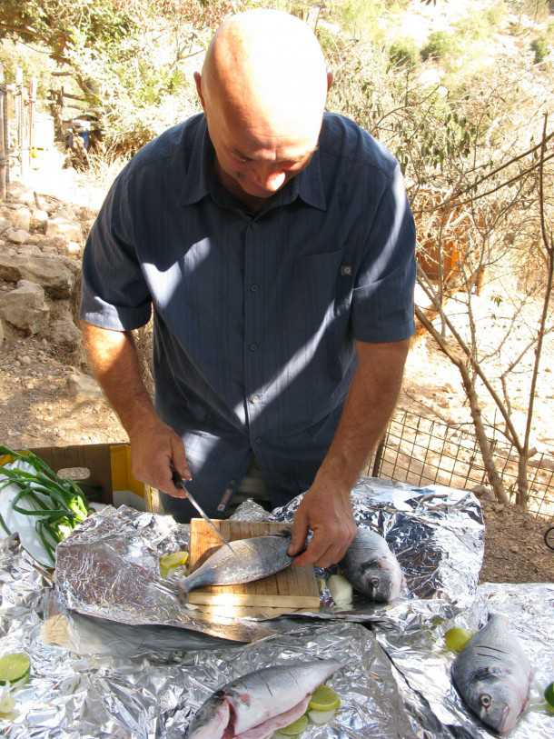 דגים מתבשלים בהרים. מתכון של צחי בוקששתר לדגי-ים במדורה. צילום: רוני נאק
