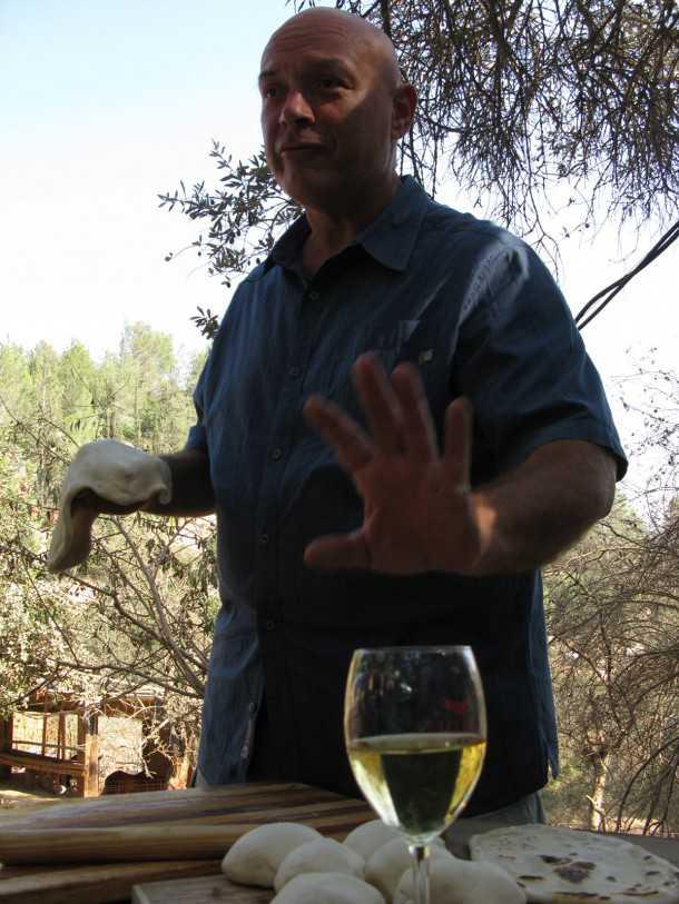 דגים עם צחי בוקששתר בשטח. שאנין-בלאן מיקב סוסון-ים וצחי מסביר לנו שכדור הוא שלב בחיים של הבצק - רגע לפני שהוא נח על הסאג'. צילום: רוני נאק