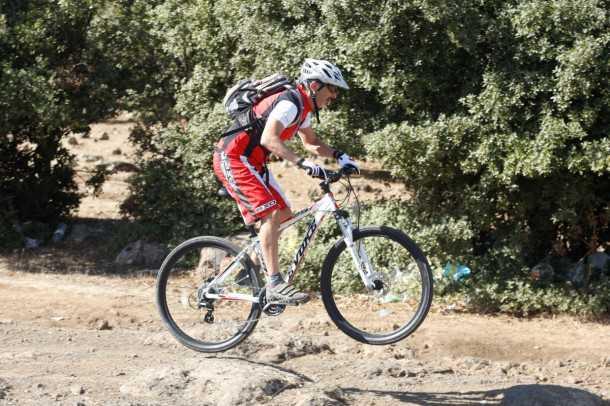 מבחן אופניים לאופני הרים EVOKE RACE 29. מעדיף מורדות ומישורים. המשקל העצמי כביר וגלגלי 29 אינץ' הופכים מורדות לכיף כל עוד השביל אינו משובש מדי. צילום: פז בר
