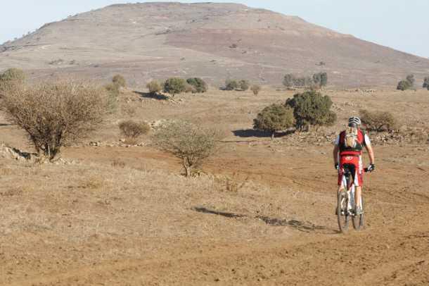 """מבחן אופניים לאופני הרים EVOKE RACE 29. שבילים פתוחים וזורמים הם התפריט המועדף על אופני ההרים האלו. משקל עצמי של כמעט 16 ק""""ג יהפוך כל מעלה לאתגר. ברקע היוסיפון. צילום: פז בר"""