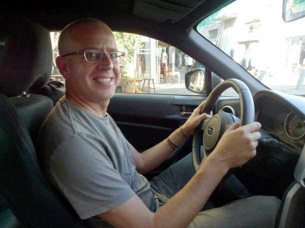 נהג מירוצים. כן? אורי גוטליב עזב את הכל ויצא לנהוג בסובארו BRZ. נזכר בסובארו של אבא ואהב כל רגע. צילום: פז בר