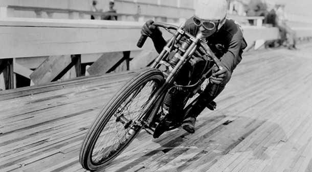 """זוכרים כשאופנועים היו מסוכנים וסקס היה בטוח? 100 מייל""""ש על מסלול מעץ וצמיגים דקיקים. האופניים הם מחווה העידן ההוא. צילום: דרינג'ר"""