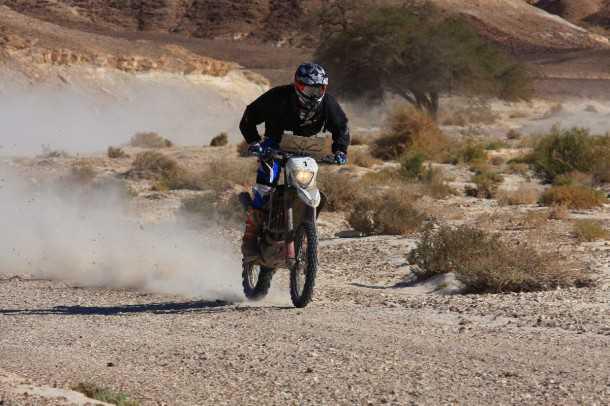 מירוץ ראלי באחה ישראל 2012. יוני לוי על ההוסקוורנה קבע את הזמן הכללי המהיר ביותר וכמובן ראשון מבין האופנועים. צילום: רמי גלבוע