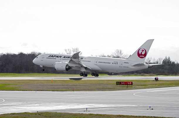 שריפה בבואינג 787. 15 דקות אחרי הנחיתה בבוסטון - מטיסה מטוקיו - פרצה אש בתא המצברים של בואינג 787 המופעל על ידי JAPAN AIRLINES. אירוע בטיחות חמור חמישי בפחות מחודש. צילום: בואינג