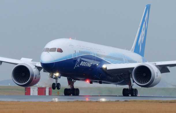 """בואינג 787 מקורקע. """"מטוס החלומות"""" של בואינג מקורקע בשל רצף אירועי שריפה בתא המצברים. צילום: בואינג"""