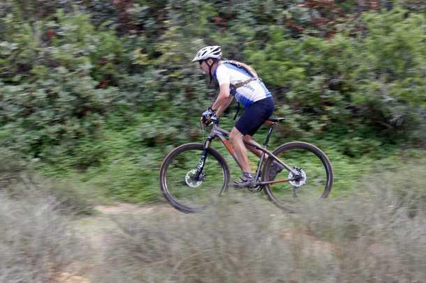 מבחן אופניים KTM RACE. תלחצו חזק על הדוושות ותקבלו ספרינטים מהירים מאד. בסינגל המתפתל הזה היו אופניים KTM RACE מהירים מאד. צילום: פז בר