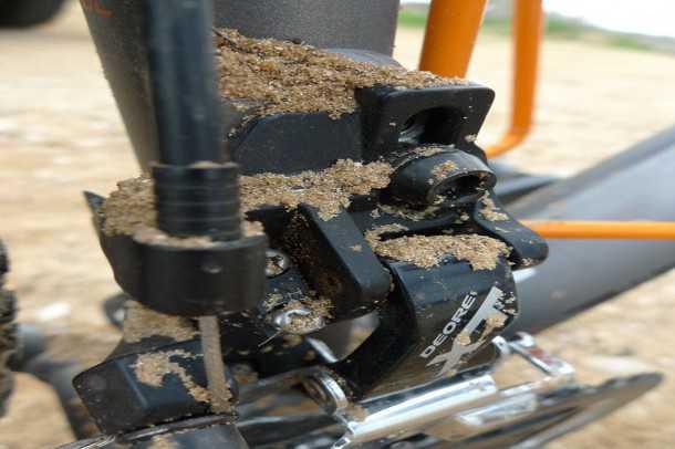 מבחן אופניים KTM RACE. עיגון קשיח למעביר ההילוכים הקדמי שימאנו XT לא רק שהופך את העברת הכוח לעמידה יותר, אלא משפר את דיוק העברת ההילוכים בכל משרעת העומסים. צילום: פז בר