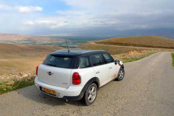מבחן רכב מיני קאנטרימן קופר ספייס. אי אפשר לטעות במראה - והנוף מעבר הג'יפטליק בבקעת הירדן. צילום: פז בר