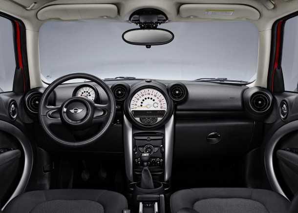מבחן רכב מיני קאנטרימן קופר ספייס. הפנים מקסים לעין אך מאכזב למגע. שילוב מעולה בין הרטרו למודרני. צילום: MINI