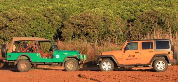 ג'יפ רנגלר אנלימיטד חדש מול ג'יפ CJ8 עתיק - המורשת המשפחתית בולטת מאד והיכולת בשטח נשמרת. צילום: רמי גלבוע
