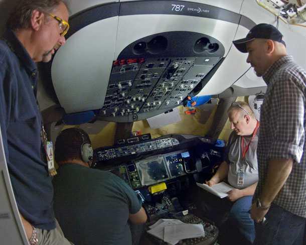 בואינג 787 מקורקע. צוותים של מאות מהנדסים ומומחים עומלים - כך לפי דובר בואינג - סביב השעון למצא את הסיבה לתקלות ב-787. צילום: בואינג