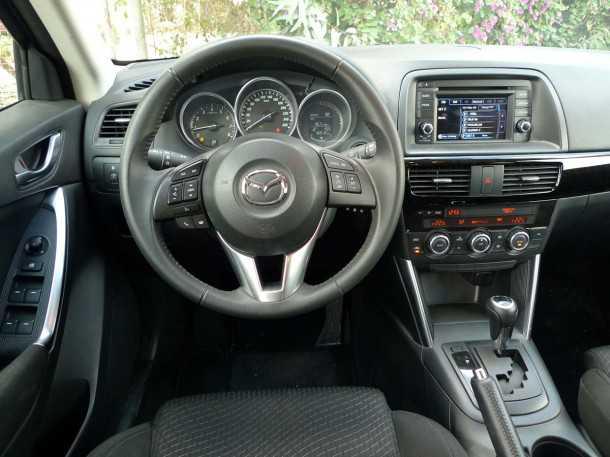 מבחן רכב משווה: מאזדה CX5. איכות תא הנהג וסביבת הנוסעים יוצאת דופן באיכותה הגבוהה - מולטימדיה מקורית ללא נווט מקומי - במפתיע נשמעו הרבה קרקושים. צילום: פז בר
