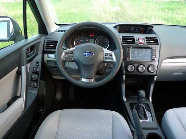 """מבחן רכב משווה: סובארו פורסטר. איכות תא הנהג וסביבת הנוסעים שופרה מאד ביחס לדור היוצא. תנוחת הנהיגה שמה אותך """"על"""" בסגנון לנד רוברי. צילום: פז בר"""