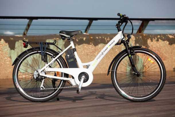 """אופניים חשמליים A2B Ride 36. ארכיטקטורה עירונית, שלדת אלומיניום, טווח של 40 ק""""מ מחיר של 7,300 שקלים. צילום: רונן טופלברג"""