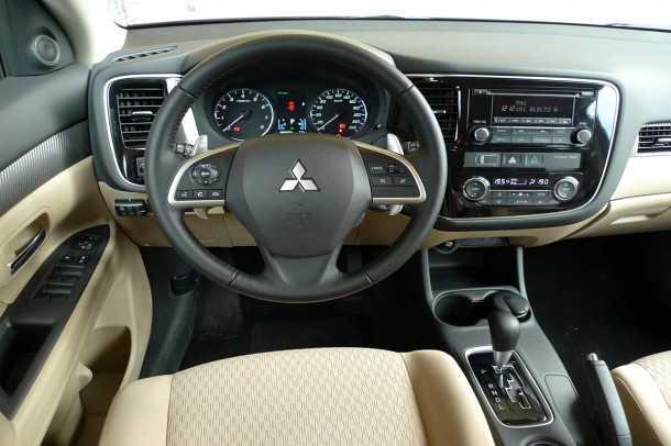מבחן רכב משווה: מיצובישי אאוטלנדר - אפילו ללא מולטימדיה, הפנים של המיצובישי אאוטלנדר החדש היה בין הבולטים לטובה. צילום: פז בר