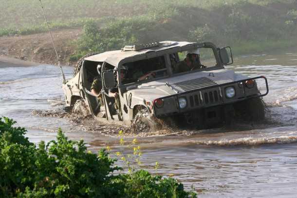 בית הספר לנהיגה מבצעית בצהל. האמר H1 לא מתרגש מהשטח - אפילו שהוא מתחת למים. צילום: רמי גלבוע