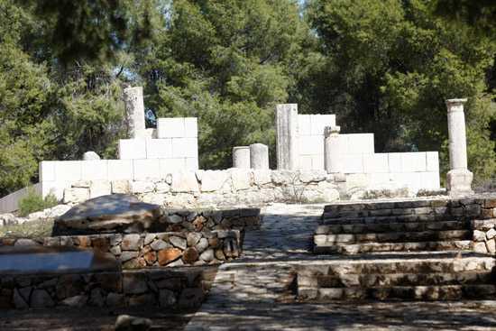 מסלול אופניים סינגל יער ביריה. על אופני GT כחולים מול בית הכנסת העתיק של נבוריה. צילום: פז בר