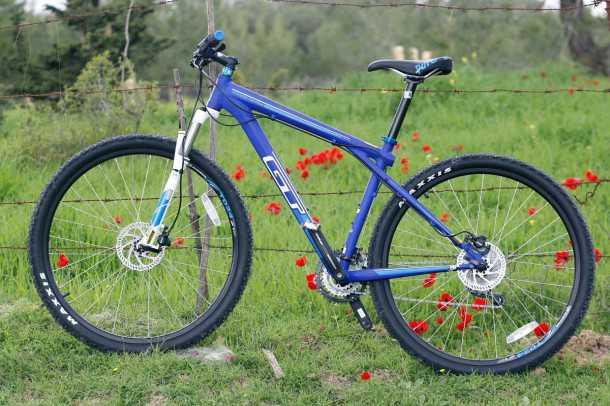 מבחן אופניים GT KARAKORAM. כחולים ויפים. עם גלגלי 29 אינץ', מעצורי דיסק ושלדה חסונה. המחיר 2,800 שקלים בלבד. צילום: פז בר