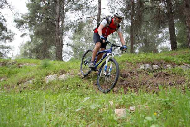 מבחן אופניים GT KARAKORAM. הרבה בטחון במורדות - בזכות הבלמים ולמרות המזלג - איכות כוללת טובה ותחושה מצויינת על האוכף.  צילום: פז בר