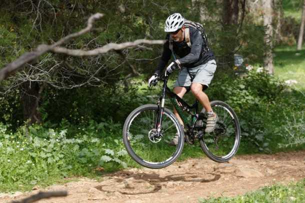 מבחן אופניים סנטה קרוז סופרלייט 29. עפים רחוק, נוחתים ברכות. משקל עצמי נמוך, מתלים יעילים והרבה בטחון בשבילים מסולעים. צילום: פז בר
