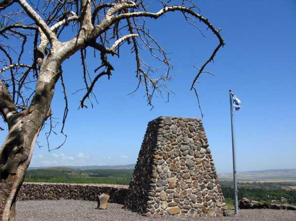 טיול שטח יהלומים בעק יזרעאל עם יונדאי סנטה פה. אנדרטת מגיני משמר העמק על הגבעה הגעשית היחידה באיזור - האם יש קימברלייט כאן? צילום: רוני נאק