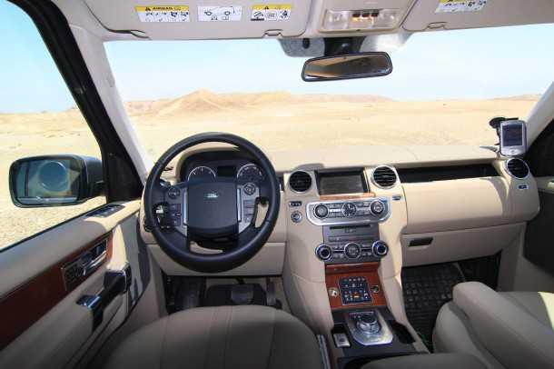 מבחן רכב לנד רובר דיסקברי 4. עור, עץ, מולטימדיה ומערכת שמע עם יותר רמקולים משיש לכם אצבעות בגוף. כל זה ארוז בתנוחת הנהיגה הגבוהה שאנו מאד אוהבים. צילום: רמי גלבוע