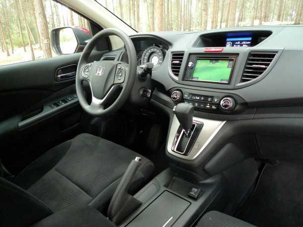 מבחן רכב הונדה CR-V. הבפנוכו שלו מצויין. תנוחת הישיבה מונמכת ואין יותר מעבר פתוח בין הנהג לנוסעת שלידו - כל השאר מעולה. צילום: פז בר