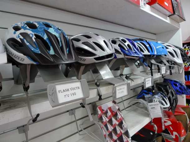 קסדת אופניים תקנית. זולה או יקרה - העיקר שתהיה ושתהיה תקנית. צילום: פז בר
