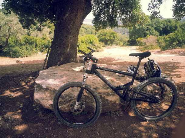 """טיול אופני הרים בסינגלים ש אהוד אפרתי ז""""ל. נירוונה תחת עץ האלון. פינוק אמיתי על חטיף גרנולה ומשקה איזוטוני. אחרי הצל נמשיך לרכב בשביל הדרומי שלא יורד במורד. צילום: רוני נאק"""
