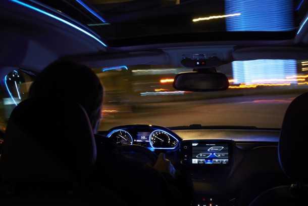 """השקה פיז'ו 2008. תאורת אמביאנס דקורטיבית סביב המחוונים הראשיים ולאורך מסילות הגג. ללא גג שמש תקבלו תקרה עם """"שריטות"""" טרפי אריה. צילום: פיז'ו"""