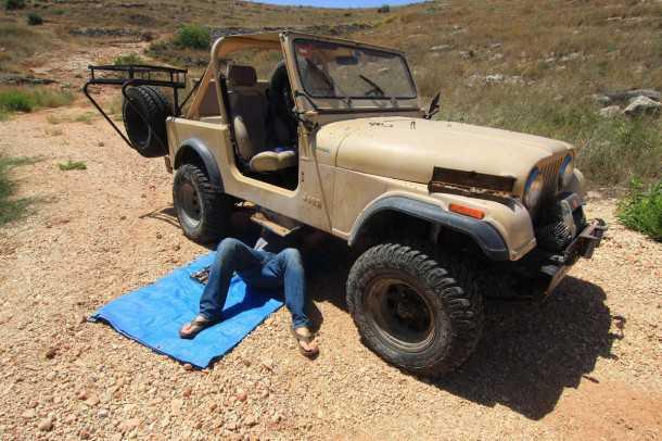 ג'יפ CJ7. אח...איזו רומנטיקה, לנסוע בג'יפ פתוח בחמסין, לשבור דרייבשפאט ולשכב לנוח בצל היחיד שיש מתחת לאוטו. צילום: רמי גלבוע