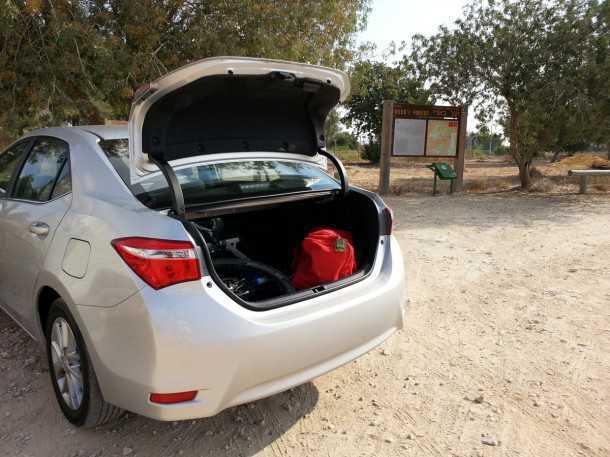 בייקמוביל מבחן רכב טויוטה קורולה החדשה. ולא נודע כי בא אל קרבו. תא מטען גדול, וקיפול מושבים מאפשר העמסת האופניים פנימה בקלות. צילום: רוני נאק