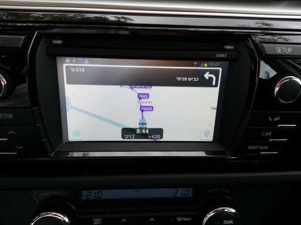 בייקמוביל מבחן רכב טויוטה קורולה החדשה. מולטימדיה עם אוטו. לא אתם לא מתבלבלים זה WAZE על המסך. עם תפעול מלא ממסך המגע - נהדר! צילום: רוני נאק