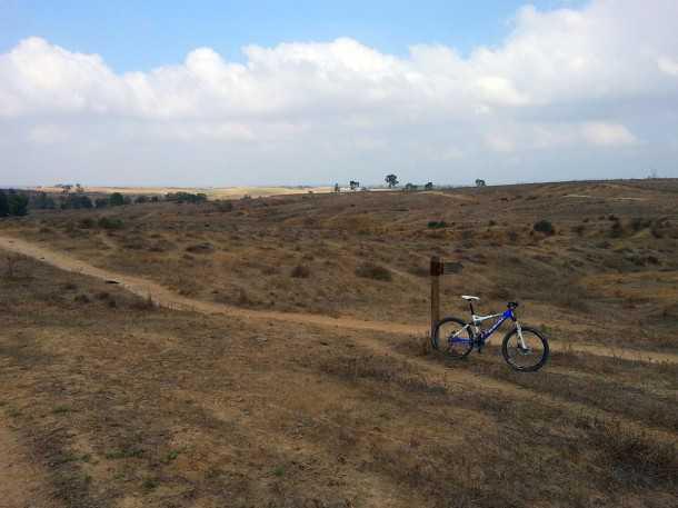 טיול אופניים בסינגל בארי. תחילת המסלול בנוף בתרונות פתוח וזורם. היכונו לשינויי גובה מהירים ולפתיחה נמרצת של יום הרכיבה. צילום: רוני נאק
