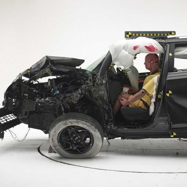 """מבחן ריסוק טויוטה ראב 4. תוצאה """"עלובה"""" לראב 4 החדש במבחן ריסוק של IIHS. למכוניות שיוצרו אחרי אפריל 2013. צילום: IIHS"""