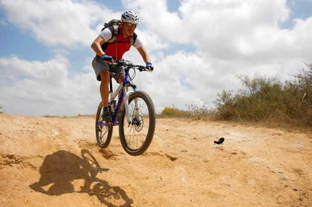 מבחן אופניים אידאל VSR COMP. עפים רחוק ונוחתים ברכות. למתלים יש יכולת מרשימה לספוג נחיתות מהסוג הזה באדישות. צילום: פז בר