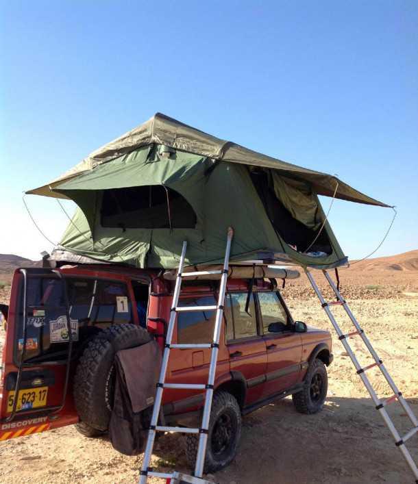 לנד רובר דיסקברי 2 משופר. לאוהל גדול על הגג יש יתרונות רבים ובעיקר ריחוק מזוחלים ומגעילים אחרים שיכולים לבקר בלילה באוהל. לך יש את החופש לבחור את הנוף שתראה ממרפסת האוהל. צילום: רמי גלבוע