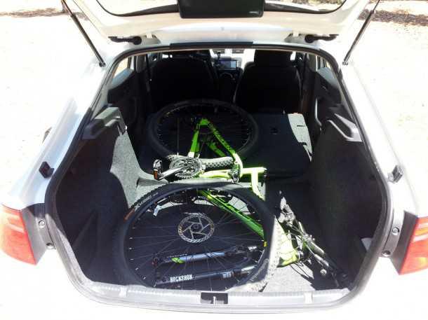 בייקמוביל. מבחן רכב סיאט טולדו. האופניים הגדולים נכנסים בקלות לתא המטען. כאן עם מושבים מקופלים ומדף שהוסר. צילום: רוני נאק
