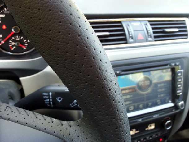 בייקמוביל. מבחן רכב סיאט טולדו. הגה ומוט הילוכים מצופים בעור, מולטימדיה מקומית ובקרת אקלים מקורית - הרבה איבזור. צילום: רוני נאק