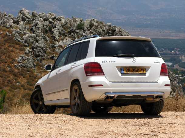 מבחן רכב מרצדס GLK 350. מאחור כמעט ואין שינויים. נפח תא המטען 450 ל' ויש קצות מפלט כפולים. השילוב של לבן פנינה עם חישוקי גלגל אפורים - מאד נאה. צילום: רוני נאק