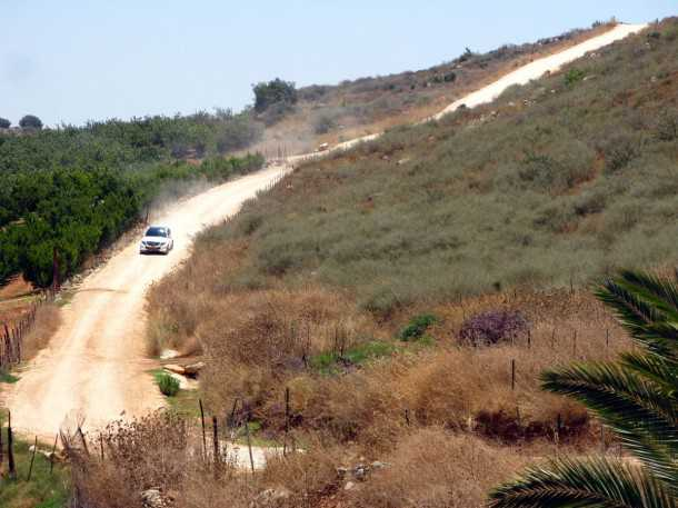 מבחן רכב מרצדס GLK 350. לא לפחד ממעט שטח - מערכת ההנעה זוללת אותו ואיכות הנסיעה מעולה. צריך להזהר על המרכב וצמיגי הכביש ובכל זאת GLK יביא אתכם לאן שצריך. צילום: רוני נאק