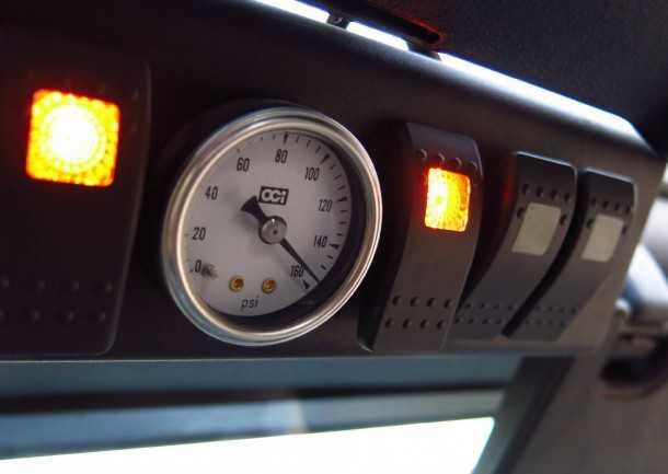 מבחן רכב ג'יפ רנגלר רוביקון. לוח בקרה S-POD מנהל את כל צרכני החשמל החיצוניים, ואת מדחס האוויר  צילום: רמי גלבוע