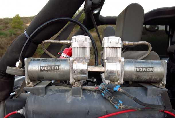 מבחן רכב ג'יפ רנגלר רוביקון. המדחס כפול-הבוכנות מצויד במיכל לחץ חיצוני, מאפשר ניפוח מהיר של הצמיגים הגדולים צילום: רמי גלבוע