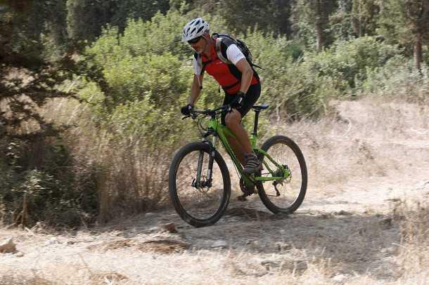 מבחן אופניים נורקו REVOLVER 2. הצמיגים יהיו הדבר הראשון והיחידי שאחליף. תנוחת הרכיבה נוחה וטבעית הורדת הכוח לשביל מעולה ואפשר לרכב בקצב של גיבורים בכל שטח. צילום: פז בר