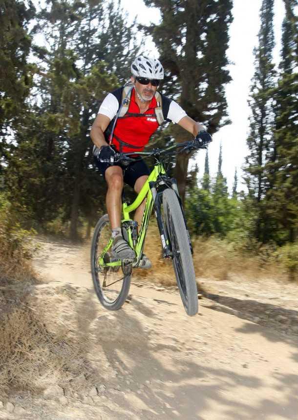 מבחן אופניים נורקו REVOLVER 2. גיבור. מה שלא תצליח לחמוק ממנו אפשר לקפוץ או להתגלגל מעליו. למשל כך. הבטחון שהאופניים האלו משרים בשטח רב מאד. צילום: פז בר