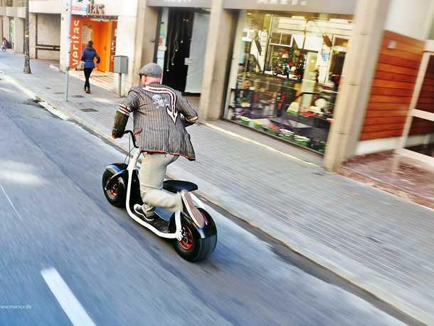"""קורקינט חשמלי - סקרוזר. לעמוד או לשבת, עם מצערת ועם הרגל - תחבורה עירונית לא חייבת להיות """"יורמית"""". צילום: סקרוזר"""