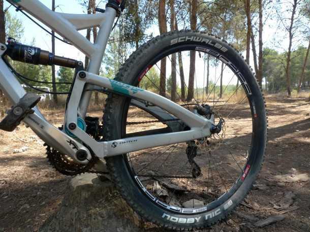 מבחן אופניים YETI SB95. מבנה הזרוע האחורית מוצק מאד וכל חיבוריו מאסיביים - הלחימה בפיתול של 29 אינץ' מגיעה לרף חדש של קשיחות - והתמורה על השביל מאד מורגשת לטובה. צילום: פז בר