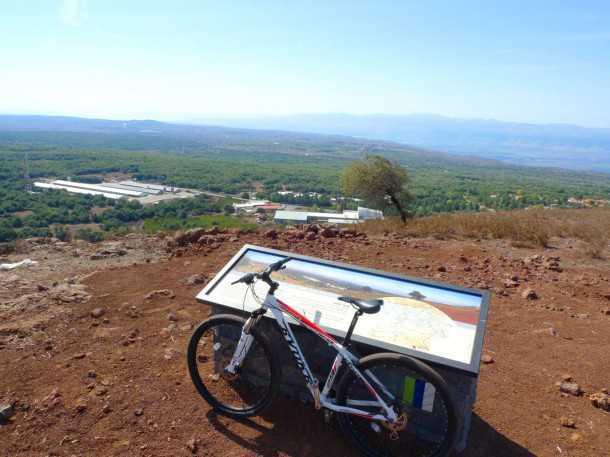 טיול אופניים רמת הגולן - ראש הר אודם מבט לדרום מערב. הטיפוס מאתגר ומספר - המורד מהיר ומלהיב ובסופו יקב הר אודם. צילום: רוני נאק