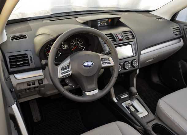מבחן רכב סובארו פורסטר טורבו. איכות החומרים שופרה מאד ביחס לדור היוצא. תנוחה הנהיגה גבוהה והראות החוצה מצויינת. צילום: סובארו