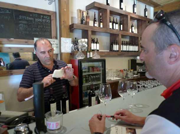 טיול אופניים רמת הגולן - עופר בהט מסביר על מקור השם ואנו מחכים לטעימה מהיין המשובח. צילום: רוני נאק